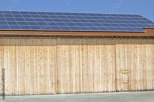 solarzellen auf einem holzschuppen in bayern stockfotos. Black Bedroom Furniture Sets. Home Design Ideas