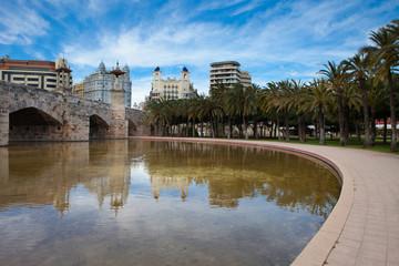 Puente sobre el río Turia de Valencia en primavera