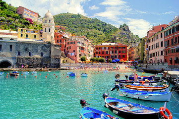 Foto auf AluDibond Ligurien Colorful harbor at Vernazza, Cinque Terre, Italy