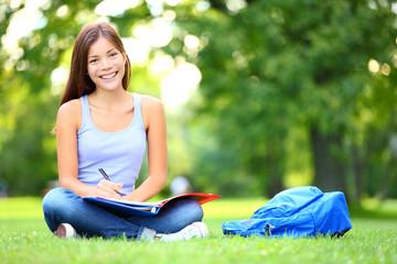 Leinwandbilder - Student studying in park