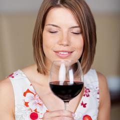 attraktive frau genießt rotwein