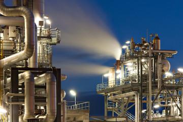 Raffinerie mit Wasserdampf in Hamburg bei Nacht