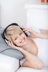 junge blonde frau mit kopfhörern