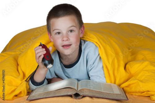 kind junge im bett beim lesen mit taschenlampe stockfotos und lizenzfreie bilder auf fotolia. Black Bedroom Furniture Sets. Home Design Ideas