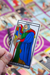 L'Hermite, Tarot card held in the hand