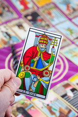Le Pape, Tarot card held in the hand