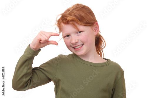 Junges Mädchen zeigt ein wenig mit den Fingern