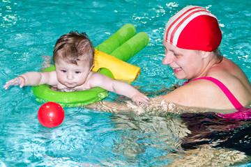 mamma con bambino in piscina