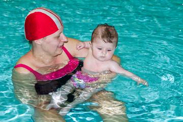 bambina con mamma in piscina