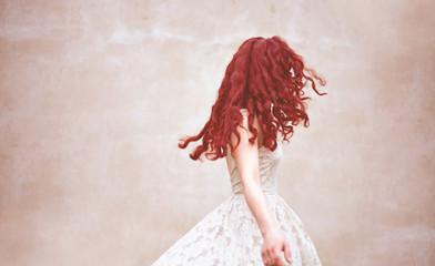 Obraz kobieta włosy rude modelka piękna sukienka fryzjer - fototapety do salonu