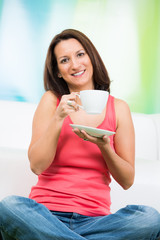 portrait einer brünetten frau die kaffee trinkt