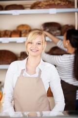 bäckereiverkäuferinnen bei der arbeit