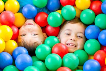Fototapeta dwaj chłopcy w kulkach 1 obraz