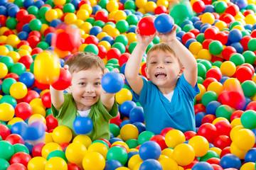 Fototapeta dwaj chłopcy w kulkach 7 obraz