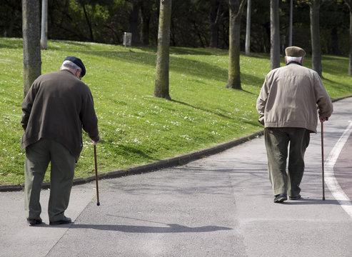 Ancianos paseando por el parque