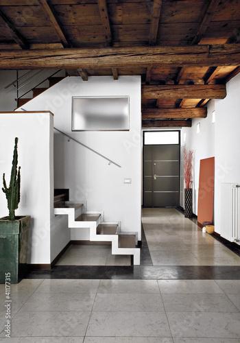 Soggiorno moderno con scala e entrata immagini e - Scala soggiorno ...