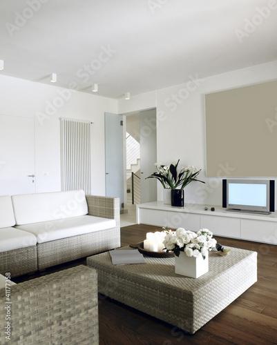 soggiorno moderno con divani di midollino\