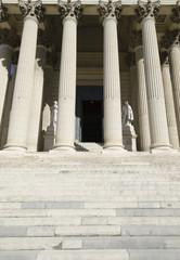 marches d'entrée du tribunal