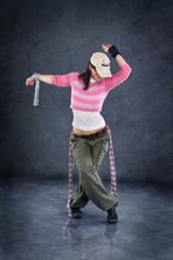 tanzende Frau mit rosa Shirt