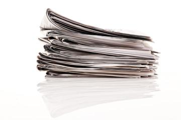 Stapel von alten Zeitungen und Zeitschriften
