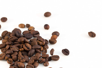 Chicchi di caffè su fondo bianco - macro