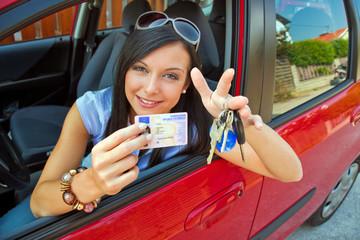 Frau mit neuem Auto und Führerschein
