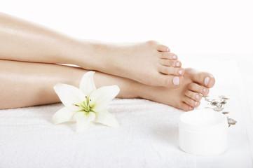 Obraz damskie stopy w salonie spa - fototapety do salonu