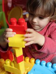 enfant jouant à empiler des pièces