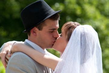jeunes mariés qui s'embrassent - LO