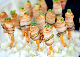 Grilled shrimps with bacon