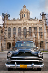 Photo sur Aluminium Voitures de Cuba Old car parked in Havana street