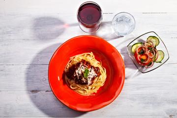 Spaghetti Bolognese auf einem roten Teller