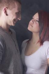 Mann grinst Freundin frech an