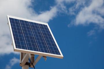 Solaranlage mit blauem Himmel