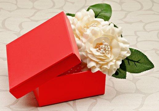 Caja roja con flor