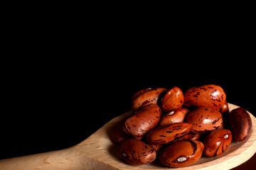 fagioli su cucchiaio di legno