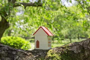 新緑の中に家の模型