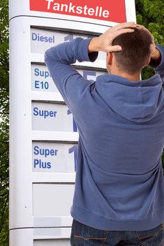 Kraftstoff  Benzin Preiserhöhung - Entsetzt wegen Spritpreise