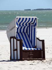 Fototapete - Einsamer Strandkorb am Strand von Prerow (Darß)