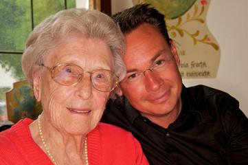 Seniorin mit Enkel