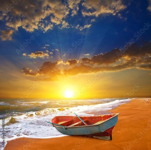 лодка на песке закат