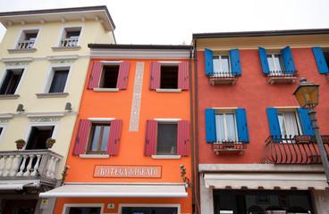 case colorate nel centro di Caorle