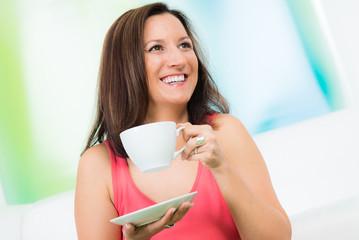 attraktive frau hat spaß beim kaffeeklatsch