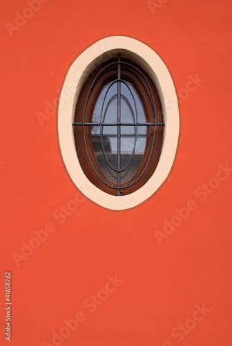 Parete con finestra ovale immagini e fotografie royalty - Finestra ovale e finestra rotonda ...