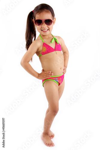 petite fille en maillot de bain et lunette de soleil pose photo libre de droits sur la banque. Black Bedroom Furniture Sets. Home Design Ideas