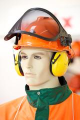 Puppe mit Schutzkleidung Forstarbeit Helm, Visier, Gehörschutz