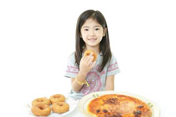 おやつを食べる笑顔の女の子