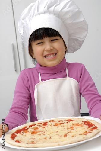 Ni a chef sujetando una pizza cocinando pizza fotos de - Nina cocinando ...