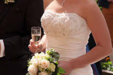 Brautkleid Sekt und Blumenstrauss