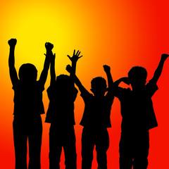 Niños levantando los brazos